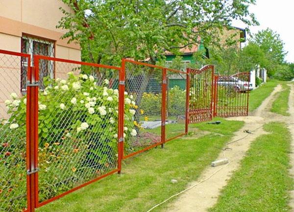 Как правильно смонтировать забор из сетки рабицы на дачном участке сделай сам